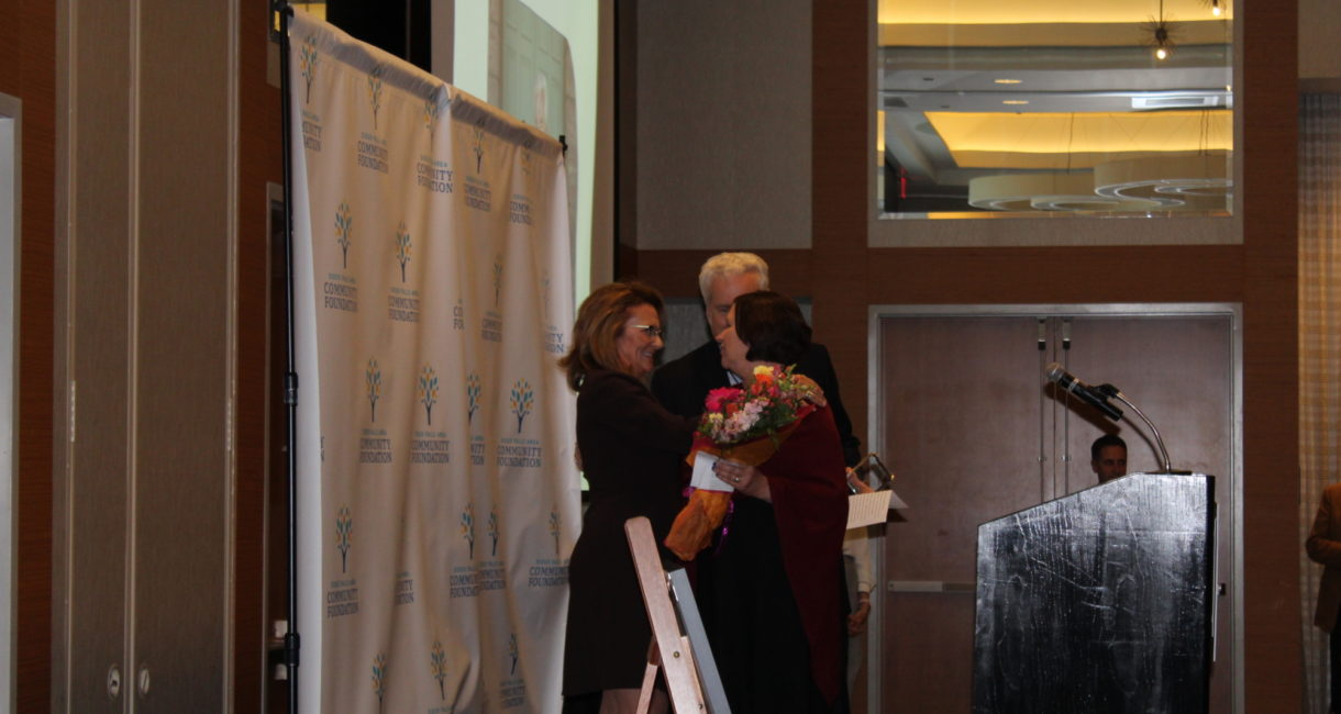 Board member Suzanne Veenis presents Bill and Lorrae Lindquist with the 2019 Friend of the Foundation Award.